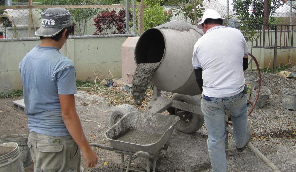 замешивание цементной штукатурки в бетономешалке