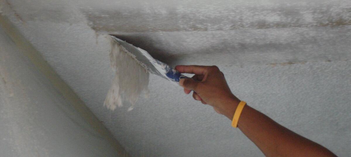 демонтаж побелки с потолка