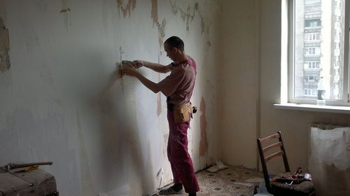 Очистка стены от обоев