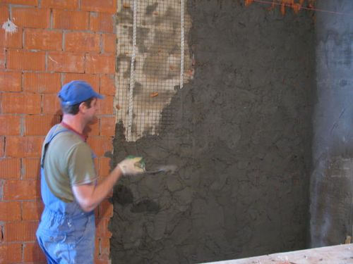 Процесс штукатурки стен из кирпича