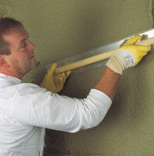 Процесс штукатурки бетона