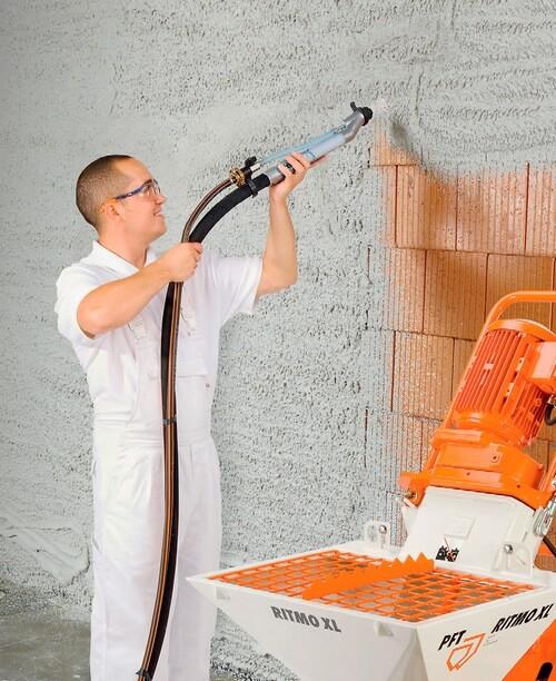 машинное нанесение штукатурки на стену